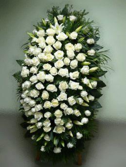 Венок из белых роз